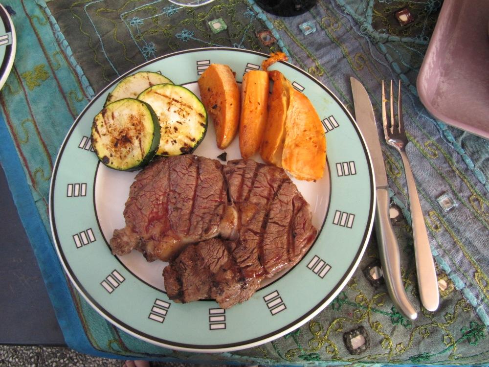 Rezept Nr. 44 : Mein Rib-Eye Steak mit Süßkartoffel-Wedges und gegrillten Zucchinischeiben. (1/6)