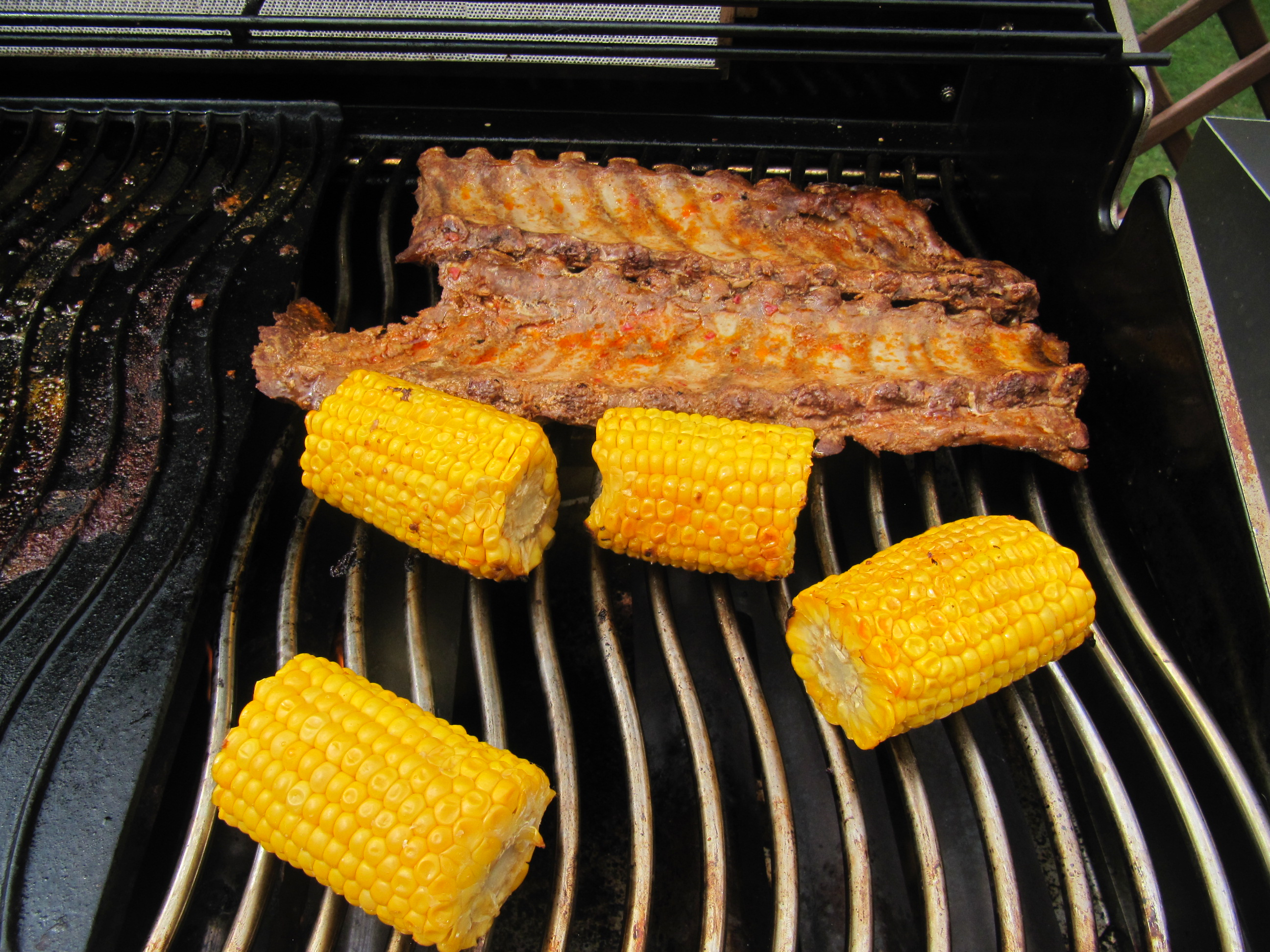 Vorgekochte Spareribs Gasgrill : Spare ribs low and slow cooked mit gegrilltem mais und potato wedges